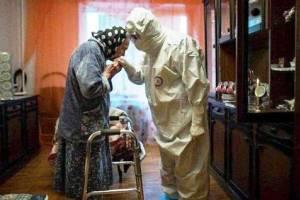 عکس پربازدید این روزها: بوسه پیرزن بر دستان کادر درمانی!