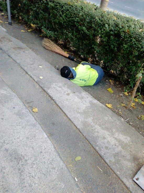 خواب آرام مردی زحمت کش+ عکس