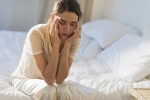 بیدار شدن از خواب با سردرد, علت و درمان