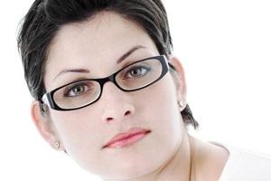 آیا عینک باعث تغییر حالت و گود افتادن چشمها میشود؟
