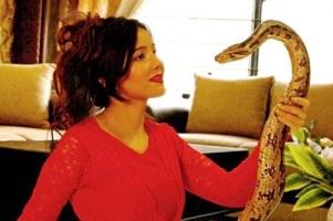 جنجال خواننده زن بخاطر نگهداری از مار, شیر و تمساح در خانه اش! عکس