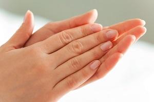این علائم روی دست های شما نشانه این بیماری هاست